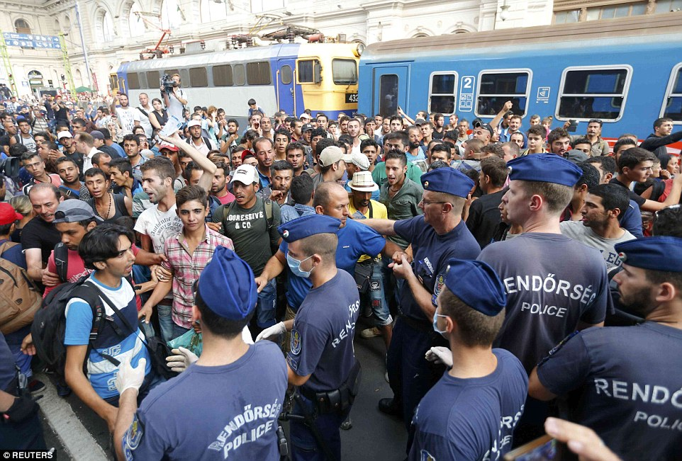 2BDDE43700000578-3217584-Migrants_and_police_pictured_at_Keleti_railway_station_in_Budape-a-60_1441106121609
