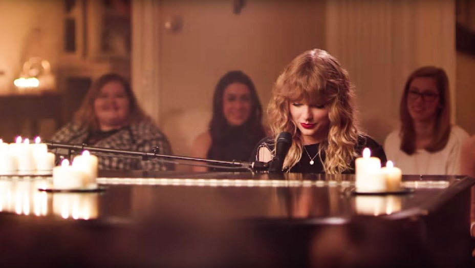 Taylor Swift plays New Year's Day for friends and fans at her Rhode Island Home