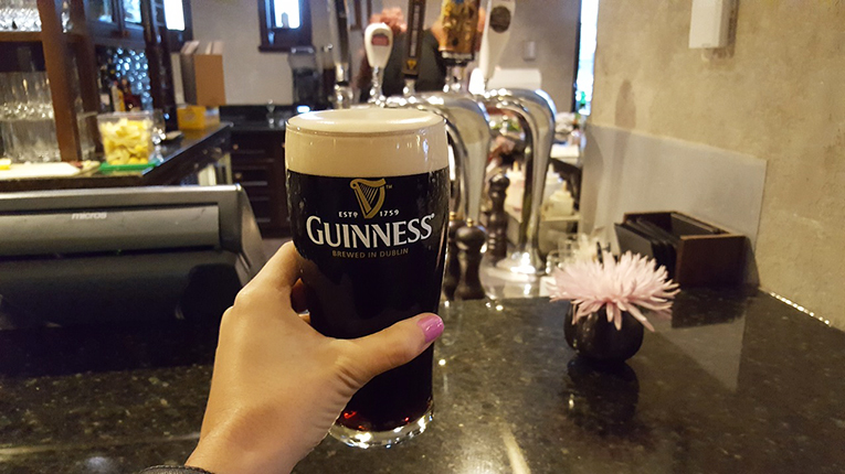 lifting a pint in Dublin (goabroad.com)